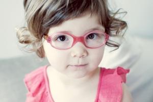 little-girl-wearing-glasses_lzhhge